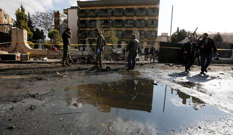 Diversos policies inspeccionen el lloc de l'atemptat a Síria.
