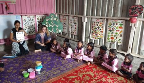 Elena Aguilar, durant una visita a un col·legi infantil de la ciutat índia de Bombai.