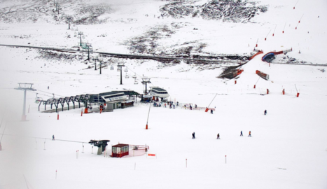 Esquiadors a Baqueira Beret, que ofereix més de 100 quilòmetres esquiables, mentre que les màquines treballen la neu a Espot.