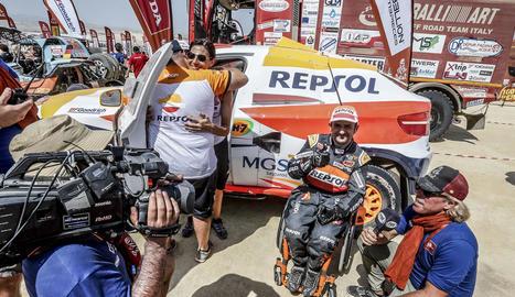 Isidre Esteve saluda al finalitzar la desena i última etapa del Dakar, que va arribar a la ciutat peruana de Lima.