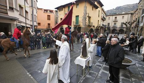 El bisbe de Lleida, Salvador Giménez, beneint les mascotes ahir a Lleida.