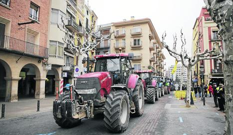 Els tractors, abans dels Tres Tombs de Balaguer.