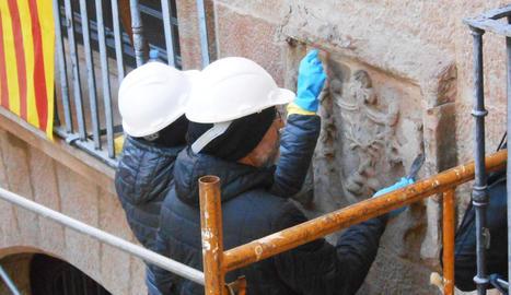Els restauradors treballant en un d'aquests elements.