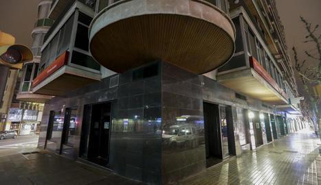 Una de les oficines de CaixaBank a Lleida, tancada per la creació d'una nova 'store' a la capital.