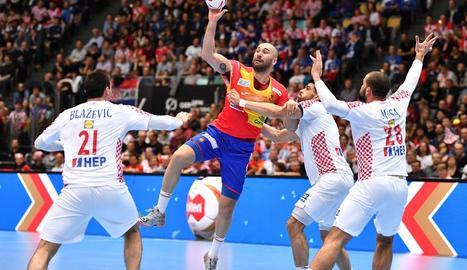 Joan Cañellas, en atac envoltat per tres jugadors croats.
