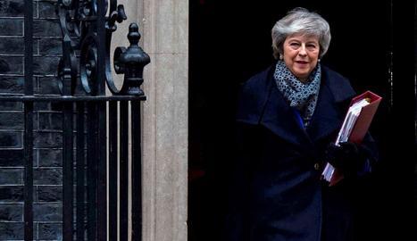 La primera ministra britànica, Theresa May, al sortir de la seua residència oficial a Londres, ahir.