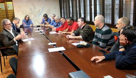 Imatge de la reunió d'ahir entre els bombers i l'alcalde, Fèlix Larrosa.