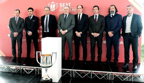 Els representants dels vuit equips a quarts posen amb la Copa del Rei durant el sorteig.