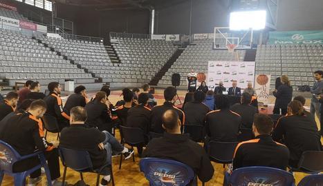 Andreu Pi i Félix González, al centre de la imatge, subjecten les noves samarretes amb el logo d'ICG.