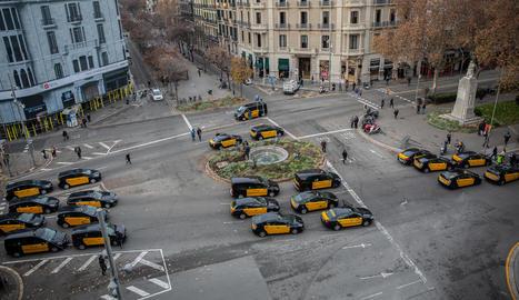 Imatge de desenes de taxis concentrats a la Gran Via de Barcelona.