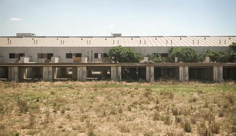 alcarràs. Promoció de deu cases adossades abandonades als afores del poble.