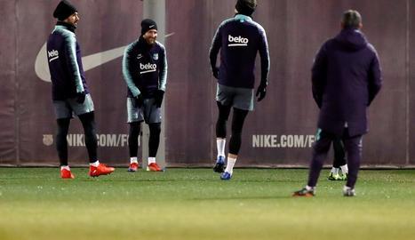 Leo Messi somriu al costat d'altres companys ahir durant l'entrenament.
