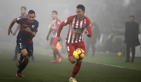 El defensa blanc-i-roig Santiago Arias lluita per la pilota davant David Ferreiro ahir a El Alcoraz.