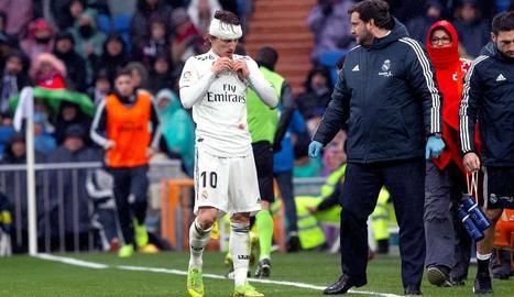 Luka Modric, amb un aparatós embenat al cap després de xocar amb Franco Vázquez, ahir al partit.