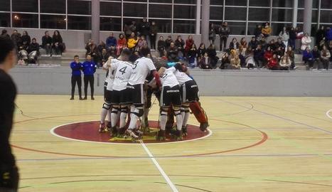 Els jugadors de l'Alpicat celebren el triomf al centre de la pista després del partit.