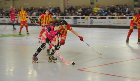 Maria Porta, perseguida per una jugadora del Manlleu, en un moment del partit.