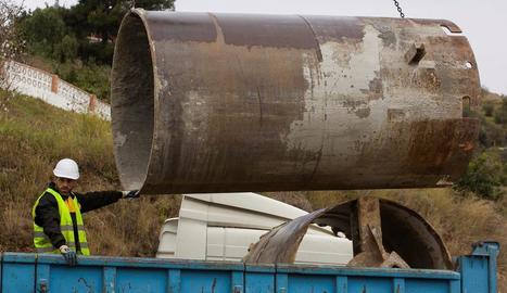 Un operari treballa amb elements per a la perforació del túnel.