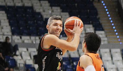 Sergi Quintela defiende a un jugador del Palma.