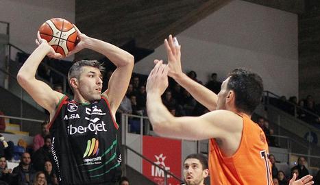 Un jugador del Palma controla la pilota davant de dos lleidatans.
