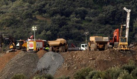 Maquinària treballant en el rescat de Julen, al terme malagueny de Totalán, ahir.