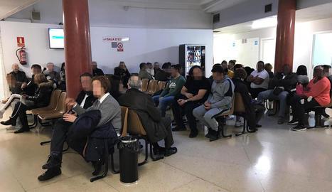 Desenes de pacients van esperar ahir a ser atesos.