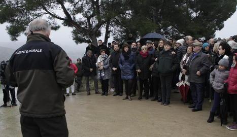 Assistents a l'acte d'homenatge als dos rurals tirotejats a Aspa, ahir, al Mas de Melons.