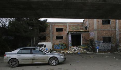 La festa continuava ahir a la nau abandonada a Rufea, encara que només hi quedaven sis persones.