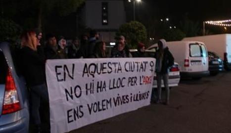 Una concentració davant de la discoteca contra la lletra masclista del raper Arce Perroviejo, el desembre del 2017.
