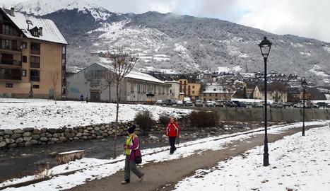 La neu va blanquejar poblacions d'Aran i va mantenir l'obligatorietat de circular amb cadenes pel port de la Bonaigua, a la foto de la dreta, ahir.