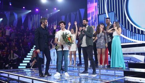 El català Miki Núñez, entre Roberto Leal i Adrià Salas, de La Pegatina, i els seus companys d''OT'.