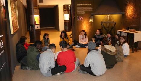 Un grup d'alumnes en una de les visites escolars a l'exposició del Museu de la Noguera.