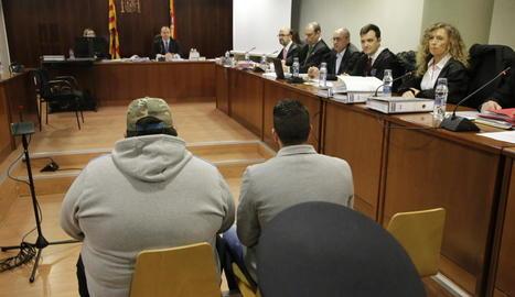 Els dos acusats, amb Ismael Rodríguez Clemente a la dreta, ahir en el primer dia de judici a l'Audiència Provincial de Lleida.