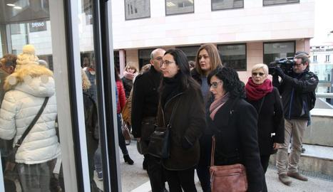 Familiars i amics de les víctimes entren als jutjats ahir per al judici.