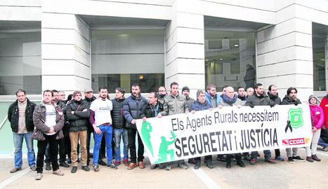 Protesta d'alguns rurals, ahir abans de començar el judici.