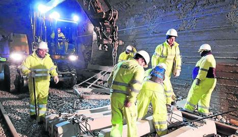 Les imatges mostren treballs nocturns duts a terme ahir en un tram de la línia a la Noguera.