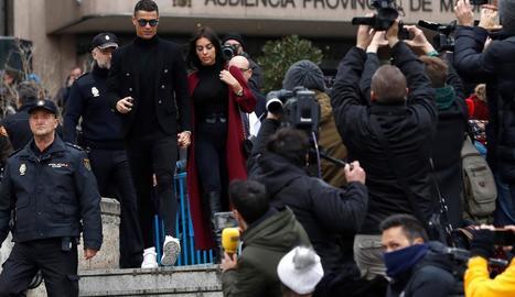 Cristiano Ronaldo i la seua parella, Georgina Rodríguez, al sortir de l'Audiència Provincial de Madrid.