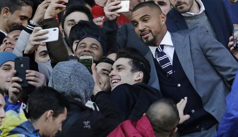 Kevin-Prince Boateng es va fer 'selfies' amb aficionats que van anar al Camp Nou.