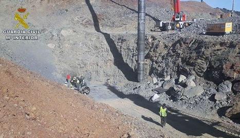 Imatge dels equips de rescat a la boca del túnel excavat per rescatar Julen.