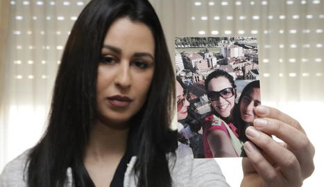 Ailham Mohamed, de Torrefarrera, ensenyant fotos de la seua germana Farah.