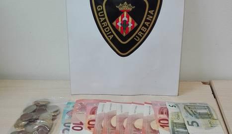 Imatge de la droga, els diners i els mòbils confiscats al detingut.