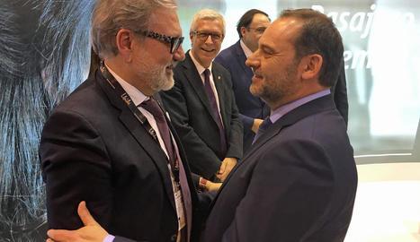 L'alcalde de Lleida, Fèlix Larrosa, amb el ministre de Foment, José Luis Ábalos, ahir a Fitur.