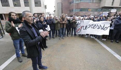 L'alcalde d'Alcarràs, Miquel Serra, acompanyat per alcaldes i veïns a la sortida del jutjat.