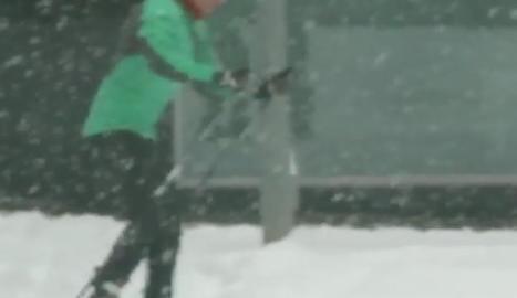 VÍDEO. Aprofiten la neu dels carrers de la Seu d'Urgell per esquiar