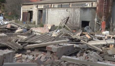 El vent tomba el mur d'una antiga fàbrica a Agramunt