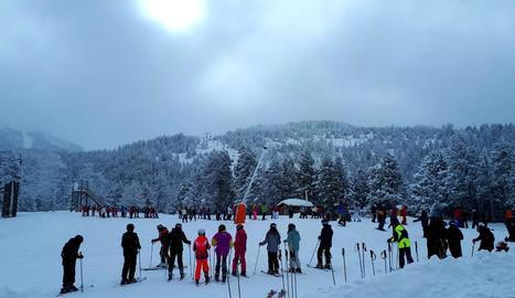 Preparatius a les pistes de Port del Comte, amb 85 centímetres de neu, i cues de nens per esquiar a les instal·lacions de Port Ainé.