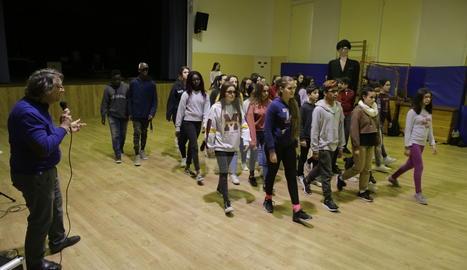 Prop de cinquanta estudiants de Secundària ultimaven ahir els detalls de l'obra de teatre.