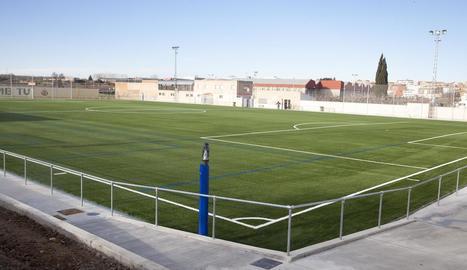 Bellpuig estrena la nova gespa artificial del camp de futbol