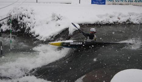 La nevada de dimecres passat va deixar gruixos de fins a 30 centímetres al Parc del Segre, on l'activitat piragüista no es va aturar.