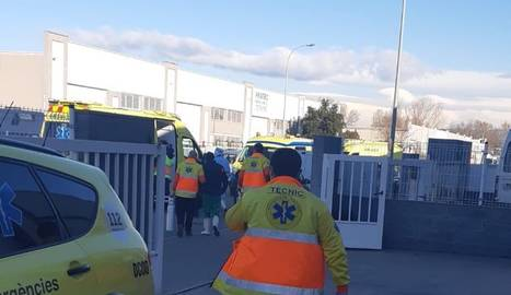 El serveis d'emergència, a l'excorxador de Santa Eugènia de Berga.