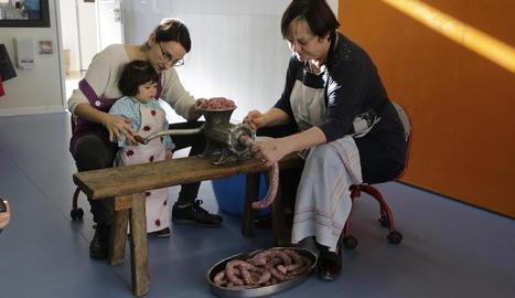 Els nens i les nenes de l'Escola Bressol Municipal d'Alcarràs van preparar ahir el tradicional Mandongo al costat d'una integrant de l'associació local de mestresses de casa.